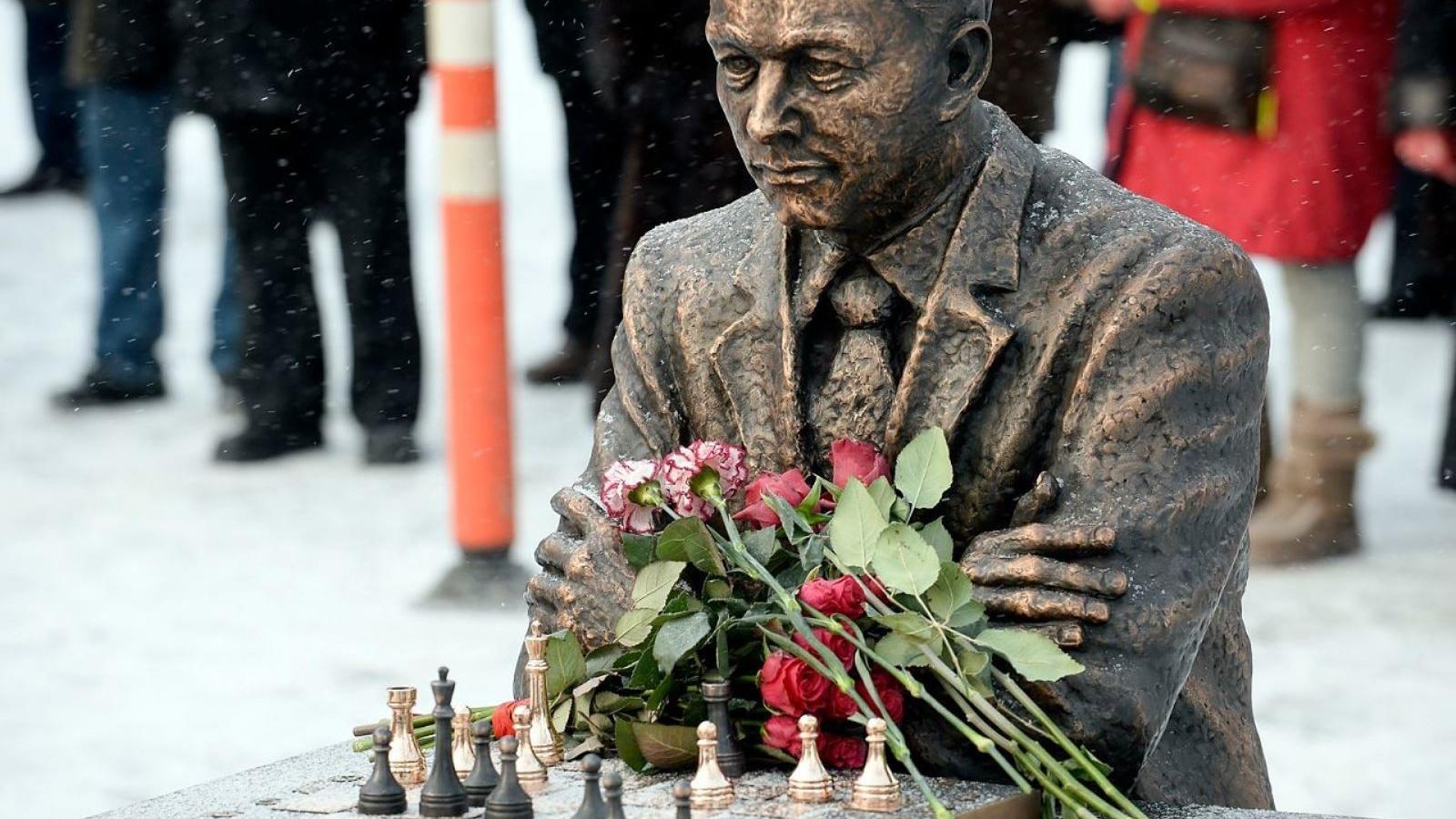 بنای یادبود استاد بزرگ شطرنج پاول کرس