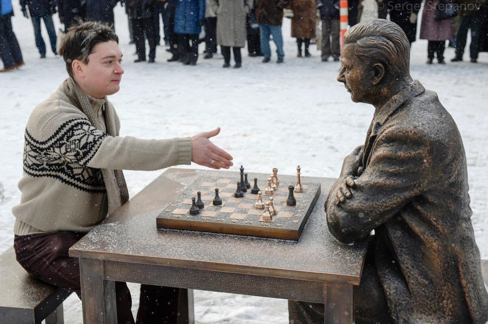 مجسمه پاول کرس نویسنده کتاب شطرنج آخر بازی کرس